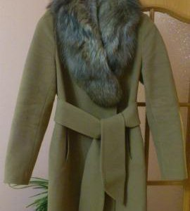 Демисезонное пальто с песцовым воротником.