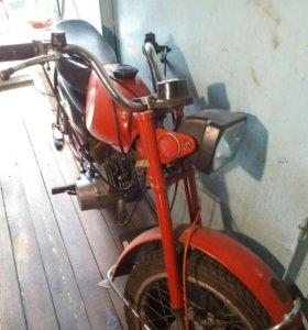 Очень старый мотоцикл Карпатый