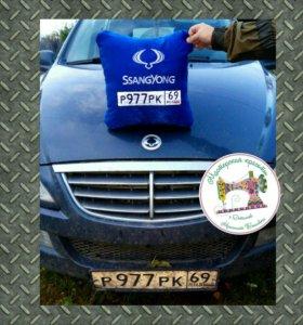 Автоподушка с вышивкой госномера и логотипа авто