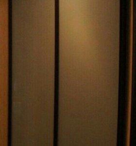 Встроенный стеклянный шкаф-купе