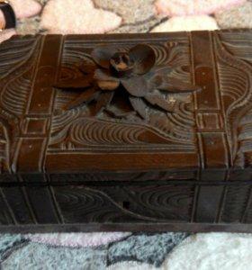 Деревянная старинная шкатулка