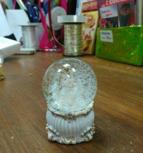 Фигурка в стекляном шаре