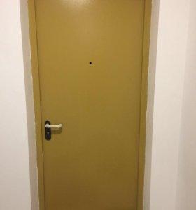 Дверь железная новая (от застройщика)