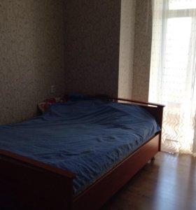 Кровать с матрасом и прикроватной тумбой