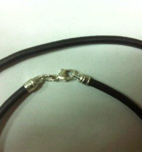 Кожаный шнурок с серебряным замком-карабин.