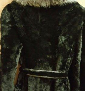 Шуба мутоновая с воротником из чернобурки.