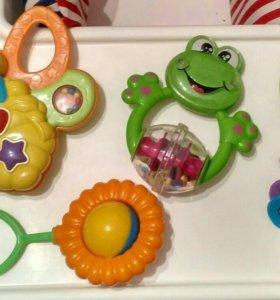 Музыкальная игрушка(бабочка),чудо-шар и погремушки