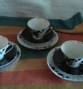 Три чашки кофейный. Три блюдца и три тарелки
