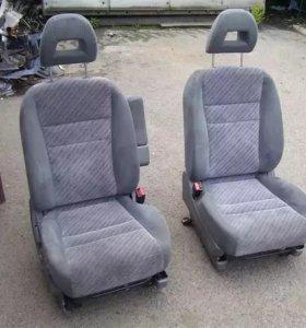 Продам передние сиденья на Хонда Стрим