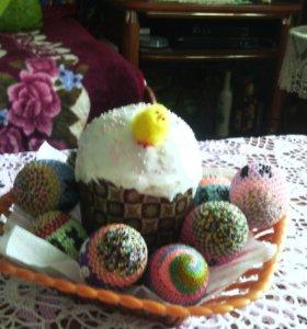 Яйца из бисера выполненные на деревянной основе.