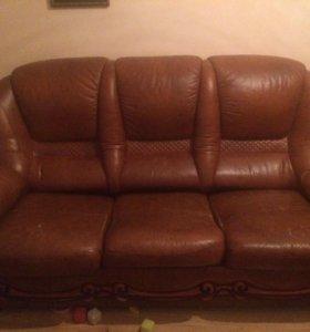 Кожаный диван с деревянной резьбой