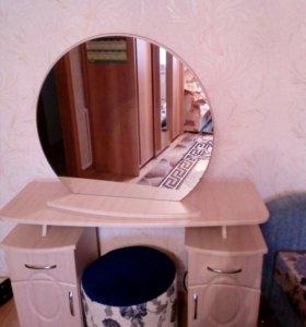 Туалетный столик с пуффом
