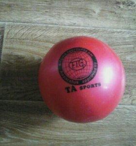 Мяч красный.