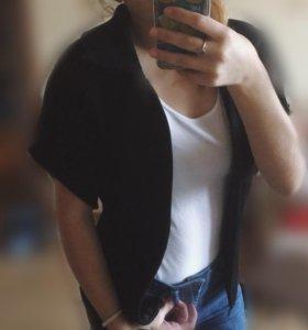 Чёрная вязаная жилетка