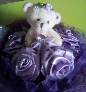 Букет из атласных роз и плюшевого мишки