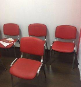 Офисные стулья и стол