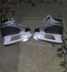 Хоккейные коньки и клюшка