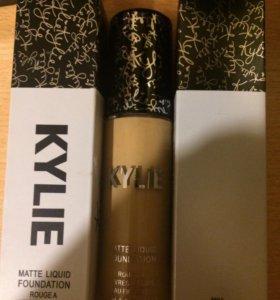 Матовый тональный Kylie