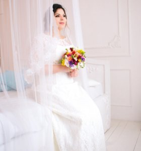 Свадебное платье с небольшим шлейфом, цвет айвори