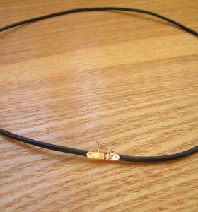 Кожаный шнурок с замком из золота 585 пробы.