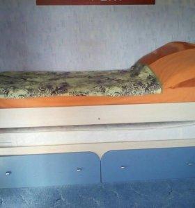 Двухуровневая кровать (вместе с матрасами)