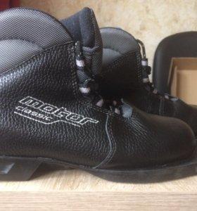 Продам лыжные ботинки-цвет чёрный.