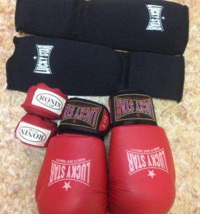 Боксёрские перчатки, бинты и защита голени