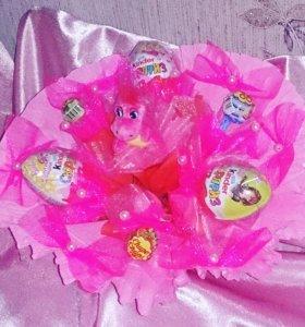 Букетик из игрушек и конфет