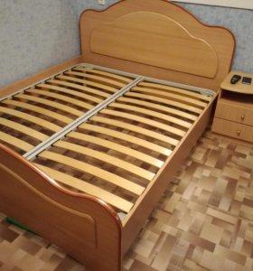 Кровать с матрасом и тумбочками