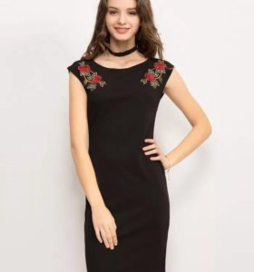 Платье-футляр с вышитыми розами