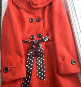 Пальто демисезонное ярко-красного цвета