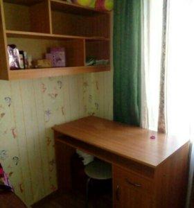 Уголок школьника:навесная полка и письменный стол