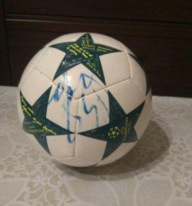 Мяч с автографом Роналду и других футболистов