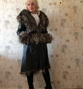 Пальто кожаное с мехом чернобурки.