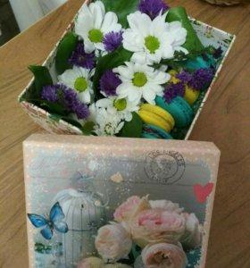 Цветы в коробке с макарунами)