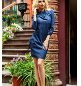Платье туника синего цвета в мелкий горошек.