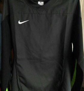 Ветровка Nike.