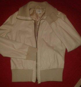 Куртка молочного цвета.