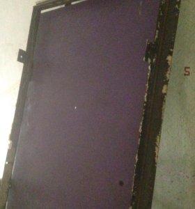 Железная дверь с замком и отделкой