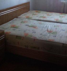 2 Кровати с матрасами и  тумбочкой