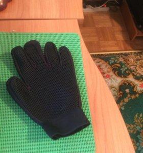 Перчатка для вычесывания домашних питомцев.