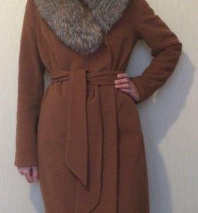 Пальто зимнее с натуральным мехом.