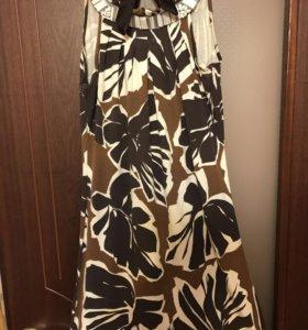 Эффектное яркое трикотажное платье с укарашением