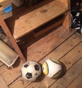 Два футбольных мяча