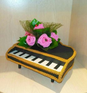 Сладкий подарок (конфетный рояль)