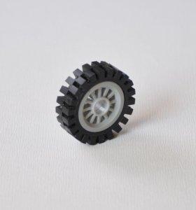Покрышка на светло-сером диске из Лего