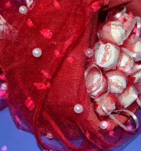 Букеты из конфет Рафаэлло яркие