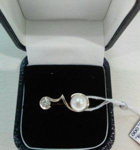 Кольцо в белом золоте с бриллиантом и жемчугом