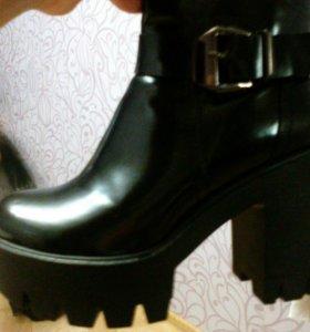 Ботинки лаковые,в отличномсостоянии