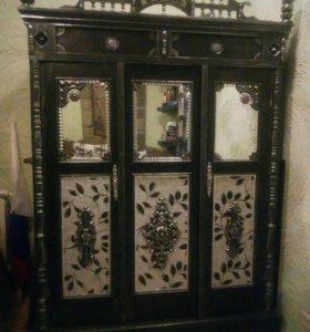 антикварный шкаф и столик